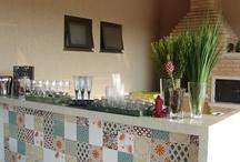 area de lazer com revestimentos de mosaico na mreta divisória