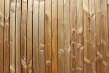 Vestiaire Sportif / Vestiaire sportif communal de 117m².  Les murs sont bardés avec des panneaux de Fundermax vert et du douglas marron en faux claire-voie verticale.  La toiture plate est recouverte d'une membrane PVC d'étanchéité.  Les menuiseries extérieures sont en aluminium gris RAL 7016.
