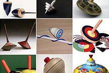 Kreisel / spinning tops /  Kreisel aus allen Materialien - Brummkreisel - Holzkreisel - Metallkreisel - Glaskreisel und vieles mehr. Auch genannt: Dilldop, Dop, Dreidel, Humming top, Peonza, Snurra, Snurrebass, Snurretop, Spinning top, Top, Toppen, Toupie, Trompa, Trompo, Trompos, Trottola, Trumpo -