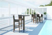Quadro Royal / Stoly QUADRO so sklom z okrúhleho umelého ratanu sú vhodné do menších priestorov – terasy, balkóny, kaviarenské priestory.  Konštrukcia je zo zváraného hliníka, výplet z kvalitného okrúhleho polyuretanu, 7 mm tvrdené priehľadné sklo.