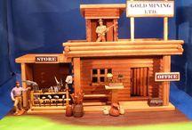 Westerngebäude / Dioramen aus Holzhäusern und anderen Bauwerken aus den 70er Jahren, die mit Figuren, Umbauten und Accessoires aus verschiedenen Materialien bestehen. Am 18.03.2018 in Herne auf der Kunststofffigurenbörse zu sehen.