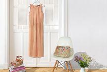 """Sommerliche Kleider / Ideal für Sommerpartys: Unsere leichten Kleider sind wie gemacht fürs Feiern! Auswählen, Anziehen und sich wunderbar fühlen. Die Trendfarbe Rosé wird beim Maxikleid """"Jana"""" von WEEKEND MAX MARA mit metallischen Accessoires veredelt. Zu Sommerkleidern in strahlendem Pink, Weiß und grafischen Prints passen wiederum Handtaschen in geradlinigen Designs. ► http://bit.ly/KONEN-Kleider-Sommer16-Pin"""