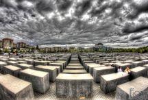 """Memorial to the Murdered Jews of Europe / """"Perché la memoria del male non riesce a cambiare l'umanità? A che serve la memoria?""""      Primo Levi  Il Memoriale per gli ebrei assassinati d'Europa è un memoriale situato nel quartiere Mitte di Berlino per commemorare le vittime della Shoah."""