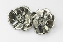 Orecchini - Anemoni Preziosi / Coppia di orecchini in argento con farfallina