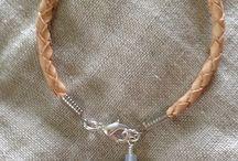Jewelry (koruja) / Pääasiassa kaula- ja rannekoruja väkerrettynä hopeoidusta korumetallista, nahasta, puolijalokivistä, lasi- ja makeanvedenhelmistä