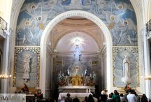 """Kaplica Matki Bożej Cudownego Medalika / Sanktuarium to cel pielgrzymek osób z całego świata. Tu miało miejsce objawienie związane z """"Cudownym Medalikiem"""". http://zwiedzamyparyz.pl/paryz-nieznany/kaplica-matki-bozej-cudownego-medalika"""