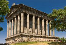Armenia / Gościnność mieszkańców, bogactwo tradycji i obrzędów, wspaniała przyroda i światowej klasy zabytki sprawiają, że Armenia jest coraz chętniej odwiedzana przez turystów z całego świata. Ciekawe, pełne zabytków miasta i twierdze z czasów urartyjskich, tajemnicze monastyry, przepięknie harmonizujące z krajobrazem, intrygujące chaczkary, a także wiele lokalnych smaczków i klimatów.