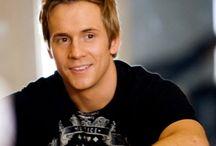 Robert Hoffman / Narodil se 21. září 1980, Gainesville, Florida, USA. Je americký tanečník, herec a choreograf.