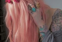 Flores em cabelos coloridos