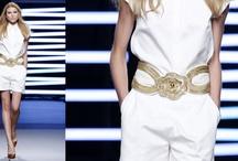 Eddie SS10 /  El color blanco es el punto de apoyo para aplicar detalles metálicos en oro. Los vestidos, de corte romántico, se ajustan a la cintura y toman gran volumen en las faldas. Diseños cargados de detalles en los que se experimenta con nuevos tejidos metalizados que dan lugar a vestidos y abrigos. Mangas farol, minivestidos y vestidos de noche completan la colección. Teresa Helbig Spring Summer 2010  Pasarela 080 Barcelona