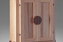 Butsudan / I BUTSUDAN sono di produzione artigianale  realizzati utilizzando legni di svariate essenze , che ne implicano delle costanti varianti estetiche,soggette alla naturale venatura degli stessi , caratterizzandone la singolarità di ogni pezzo realizzato rendendolo pezzo unico. Il ciclo di verniciatura, sposa la filosofia e il tema dell'ecocompatibilità  rispettivamente nella protezione e colorazione del legno, utilizzando vernici  a polimeri e oli naturali.  .