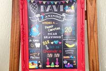 Chalkboards Inspirações / O Chalkboard (lousa, em inglês) está fazendo o maior sucesso nas comemorações de adultos e crianças! Bastante usada na área da recepção com msgs de boas-vindas ou com dados sobre o aniversariante, noivos, etc. A arte da lousa é feita através do pc, ou seja, não tem sujeira com giz e a melhor parte é que você pode guardar esse quadro para você como lembrança da festa  e usar na decoração da sua casa. Inspirações é o que não faltam.  Já inspirada? Entre contato conosco e solicite o seu orçamento.