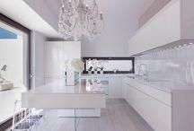 Cocina moderna sin luces encastradsas pero con araña ideal