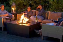 Paleniska gazowe / Paleniska gazowe Happy Cocooning umożliwiają przebywanie na zewnątrz, nawet w chłodne wieczory i dni. Przeznaczone są dla każdego, kto chce odpoczywać w cieple i przyjemnej atmosferze. Płomień gazowy jest idealny wystarczy go włączyć lub wyłączyć. Ognisko jest bardzo bezpieczne, nie wydziela iskier i dymu. Happy Cocooning to modne stoliki z wbudowanym paleniskiem wykonanym ze stali nierdzewnej.