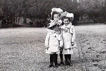OTMA infantiles  posando en el jardín