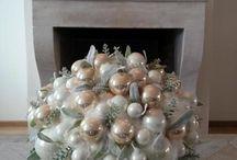kerststukje op een schaal met ballen....