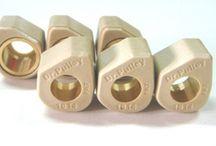 DR Pulley / Διατηρήστε την εκρηκτική χαμηλή επιτάχυνση και φθάστε στις υψηλότερες κορυφαίες ταχύτητες.  Τα Dr. Pulley Sliders είναι αντίβαρα για την εμπρός φυγοκεντρική τροχαλία του scooter με διαφορετική σχεδίαση από τα κοινά στρογγυλά ράουλα και μπορούν να χρησιμοποιηθούν στα γνήσια ή στα βελτιωμένα Variator. Ολισθαίνουν μέσα στην τροχαλία και ρυθμίζουν την απόδοση πιο αποτελεσματικά από τα τυποποιημένα στρογγυλά.