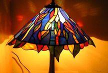 Stolová Lampa z Kovu a Tiffany Vitrážou / Stolová Lampa z Kovu a Tiffany Vitrážou http://sk.sooscsilla.com/tiffany-lampy/ http://sk.sooscsilla.com/portfolio/stolova-lampa-z-kovu-a-tiffany-vitrazou/