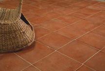 Carrelage terre cuite  Intérieur / Découvrez des terres cuites de sol qui s'adapteront à tous les styles d'intérieur. Idéal pour la construction de maisons positives grâce aux performances thermiques des tomettes.