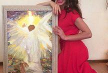 Angel / Чтобы получить помощь от своих ангелов, вы должны их попросить об этом. В то время как духовные наставники сами стараются связаться с вами, ангелы не вмешиваются до тех пор, пока вы не оказываетесь в отчаянном положении или не просите их о помощи. Если к вам прикоснулся ангел, особенно если он спас вам жизнь, это событие никогда не сотрется из памяти.  Интуитивная связь со своими ангелами помогает жить более духовной жизнью. Они способны приносить мир и счастье и дают возможность максимально раскрыть духовный потенциал, если человек искренне захочет их помощи. Они могут помочь в развитии необычных интуитивных способностей и духовных поисках. Все, что нужно сделать, это попросить.  Ангелы могут появляться и в человеческом облике, особенно если вы просили их о помощи, а затем не прислушались к их советам. Они могут просто подойти к вам в супермаркете или когда вы сидите на скамейке в парке и наслаждаетесь природой. Они заводят разговор или просто передают послание, после чего исчезают. Исчезают они для того, чтобы мы уверились, что встретились с духовным существом, потому что мы точно знаем: за такое время на расстоянии, на котором мы можем видеть, ни одно существо из плоти и крови не способно растаять в воздухе. Ангел способен.  Когда вы призываете своих ангелов, обязательно оставайтесь интуитивно открытым, чтобы суметь получить и оценить помощь, которую они предоставляют по вашей просьбе.  Ангелы — это посланники, которые никогда не воплощались в земном мире. Это небесные существа с высокими колебательными частотами. Все они, от ваших персональных ангелов до архангелов, жаждут помочь вам, если вы в них верите, открываете для них свое сердце и призываете их на помощь. Общение с ангелами позволяет вам соединиться с собственной Божественностью, придадут сил, чтобы справляться с трудными жизненными ситуациями, и позволят строить далеко идущие планы.