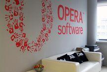 Jak wyglądają biura gigantów IT? / W 2012 roku miałyśmy okazję współpracować z pracownią Henke&Kurowska przy projekcie rewitalizacji wnętrz Warszawskiego biura Opera Software. Zobaczmy jak wyglądają wnętrza biur reszty gigantów branży IT czyli Google, Skype