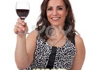 Nosotras y el vino. Us, sisters, and wine.  / Vamos a rendir un homenaje a las mujeres luchadoras desde la perspectiva del vino. Para las mujeres que disfrutamos, a las que vivimos sin intentar controlarlo todo, a las que queremos exprimir el día a día con un poco de vino en nuestra copa.  Va por nosotras.