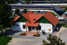 Tourinform Gárdony / A Tourinform-iroda a térség fogadószobája, mint a terület házigazdája, teljes körű, naprakész turisztikai információkat szolgáltat a Velencei-tó térségében Gárdony, Agárd, Dinnyés, Pákozd, Kápolnásnyék, Nadap, Sukoró, Pázmánd, Vereb, Lovasberény és Zichyújfalu településeken található: szálláshelyekről, vendéglátóhelyekről, közlekedésről, programokról, látnivalókról, túraútvonalakról és további szolgáltatásokról. Az érdeklődők számra ingyenes turisztikai kiadványainkat is biztosítunk.