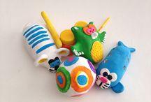 Cerâmica para crianças / Mon Petit Atelier Aulas de modelagem em argila, pintura em cerâmica e experimentação em torno Oficinas criativas para festas e eventos www.monpetitatelier.com.br monpetit@monpetitatelier.com.br