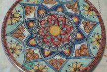 Poggia Pentola in maiolica dipinto a mano.Decoro Geo/Floris, by ilciliegio, 15,00 € su misshobby.com