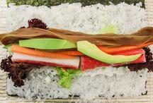 Nasze sushi / Kenko powstało, by każdy miłośnik sushi z Krakowa mógł doświadczyć przyjemności jedzenia sushi o najwyższej jakości w przystępnej cenie. Dzięki usłudze dowozu możecie rozkoszować się barwnymi makami w swoim domu, biurze lub na przyjęciu z przyjaciółmi.