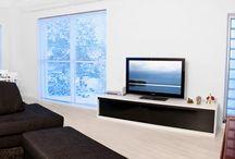 Tv-tasot / Inarian laajasta valikoimasta voit suunnitella TV-tason mittojen mukaan. Taso voidaan varustella liukuovilla, vetolaatikoilla tai molemmilla- makusi ja tyylisi mukaan. Digiboksi, blu-ray-soitin, vahvistin, pelikonsoli, elokuvat löytävät paikkansa TV-tason sisältä.  Tarvitsetpa kotiisi juuri 1580 senttimetrin levyisen tai muun kokoinen tason, unelmiesi kokoiset tuotteet löytyvät Inariasta.