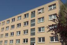 Project Sudvorstadt Plauen Germany / 16 Appartementen en drie commerciële ruimtes Het appartementencomplex, dat dateert uit 1972, beslaat een totale oppervlakte van 2400 m², met een effectieve woonruimte van maar liefst 1864 m². German Property Venture zal op moderne wijze 16 eigentijdse appartementen en drie commerciële ruimtes situeren binnen het Sudvorstadt-pand. Het project wordt zowel geheel aangeboden, evenals de 16 appartementen en drie commerciële ruimtes afzonderlijk.