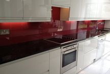 Kitchen splash backs / Our splash bakcs are made of 6mm low iron glass, perfect for kitchen enviroment . Availabe in range of different coloures .