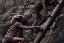 Sebastião Salgado Serra Pelada / W 1979 roku brazylijski farmer Genésio Ferreira da Silva znalazł na swojej ziemi pokaźną grudę złota. Czym prędzej skontaktował się ze znajomym geologiem i poprosił go, aby ten pomógł mu ocenić, czy na farmie może być więcej tego cennego kruszcu. Było. Wkrótce wybuchła tam prawdziwa gorączka złota.