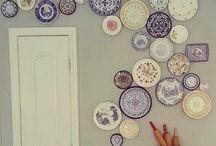 talíře na stěně