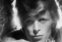 David Bowie / David Bowie David Robert Jones pseudonym (London, January 8, 1947 - New York, 10 January 2016 [4]) was a singer-songwriter, multi-instrumentalist, actor, record producer and painter.