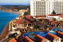 Salamis Bay Conti Resort Hotel / Yazın bittiğini kabul etmeyenlerden misiniz? Öyleyse sizi Kıbrıs'a, Salamis Bay Conti Resort Hotel'e bekliyoruz.  Bozulmamış doğasıyla günlük hayatın sıradanlığından uzak yazdan kalma sıcacık birkaç gün geçirebilir, altın sarısı kum ile kaplanmış uzun kumsalında romantik yürüyüşler yapabilirsiniz.