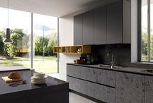 Cucine Moderne 2015 - Glass / Lo stile elegante e futuribile del vetro per una cucina di design. La cucina GLASS è il quinto modello, e il più esclusivo, dell'innovativo progetto PREVIEW 2012: raffinate cucine moderne con ante in vetro e supporti in alluminio a finitura inox, disponibili con vetro lucido o opaco nei colori bianco, grigio, nebbia (fog), vulcano, cobalto e nero.