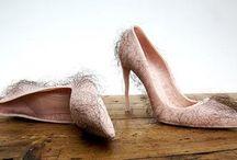 Τα πιο άσχημα παπούτσια / Τα παπούτσια είναι η αδυναμία πολλών γυναικών, με εξαίρεση αυτά που θα δείτε παρακάτω. Θαυμάστε την... κακογουστιά επί ποδός!