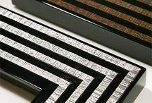 Naše rámy - Albor / Albor se soustředí především na špičkové dřevěné rámy s dokonalými laky a moderním designem. Tyto rámy patří k tomu nejluxusnějšímu, nač je možné narazit a jsou mimořádně oblíbené zejména mezi designéry a interiérovými architekty pro použití jako luxusní zrcadla a rámy na velmi velké obrazy a plátna. Rámování do rámů Albor samozřejmě není pro každého, ale elegantní výsledek je odměnou pro každého, kdo se pro tyto rámy rozhodne.