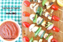 Espetadas de Vegetais com Molho BBQ / Churrasco: um clássico de Verão que pode ser tornado amigo do corpo, do ambiente e dos animais. O molho BBQ é caseiro e sem gordura adicionada. Uma delícia! Vegan