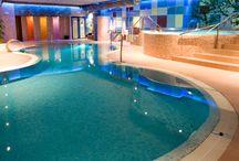 Circuito Termal Spa Hotel / Más de 900m. con piscina de hidromasaje con cascada y jets, piscina de hidromasaje con burbujas y jets, camas de agua con jets de masaje en la espalda, vaporium, sauna finlandesa, pediluvio, ducha escocesa y duchas bitérmicas de limpieza, camas de infrarojos, cromoterapia y aromaterapia , poza de agua polar, piscina lúdica con aguas a contracorriente, cascada y cuellos de cisne.