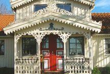"""Holzverzierungen im Historismus - Snickarglädje / Holzverzierungen im """"Schweizer Stil"""" an Häusern. In Skandinavien als Snickarglädje bekannt. Russische Holzhäuser. House with decorative carvings."""