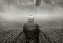 """Crisis del adulto mayor / En este tramo del camino humano se obtiene una mejor """"vista panorámica"""" de toda la existencia en el entrecruce de sus senderos y nos prepara al desenlace del proceso humano para que podamos continuar el camino, en otro paisaje.   Este tablero trata de la crisis del adulto mayor, esta etapa depende la resolución de la vida. Es, por lo mismo, la más importante de todas. Hay que saber vivir esta crisis para saber vivir definitivamente la vida."""