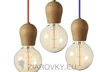 DREVENÉ ZÁVESNÉ SVIETIDLÁ / Drevené závesné svietidlá vyrobené z kvalitného a luxusného dreva. Krásne drevené krivky dodajú miestnosti poriadku dávku charakteru. Toto drevené minimalistické stropné svietidlo dodá Vašej domácnosti prírodný nádych. Drevené svietidlá sú vhodne do obývačky, detskej izby alebo kuchyne. Pokiaľ máte radi prírodu a vônu prírodného dreva, tento typ lustrov je práve pre Vás. www.ziarovky.eu