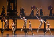 Eifman Ballet San Pietroburgo / Boris Eifman, il coreografo sbocciato grazie alla perestrojka, nasce in Siberia nel 1946 in una famiglia ebraica. Si forma a Leningrado, al Conservatorio prima e all'Accademia Vaganova poi. Nel 1977 fonda la sua compagnia e, rompendo da subito con le rigide regole dell'accademismo russo.