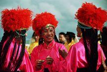Travel, China, Litang horsefestival / In Litang vindt jaarlijks het paardenfestival plaats. Dit spektakel wordt opgeluisterd met zang, dans en paardenraces. De stoere Khampa Tibetanen gaan de strijd aan met elkaar tijdens de paardenraces. De vrouwen zijn prachtig uitgedost in traditionele kleding en beladen met turquoise en zilveren juwelen.