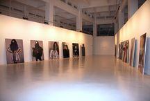 Susy Gómez / El CAC Málaga, Centro de Arte Contemporáneo del Ayuntamiento de Málaga, organiza la primera exposición de Susy Gómez en Andalucía. Ella es una de las artistas más consolidadas de la escena española contemporánea desde que saltó a la fama a mediados de los 90. Sus obras más destacadas son las fotografías pintadas que la artista presenta a modo de esculturas vivientes. Como si de una pasarela de moda se tratase. 3 abril - 21 junio 2009