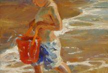 bimbo trasporta sekiello su spiaggia con piefi in mare