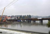 Most na Sole w Żywcu / Prace przy inwestycji, która, oprócz nowego mostu, obejmuje również budowę brakującego odcinka obwodnicy miejskiej w ciągu DW 94, rozpoczęły się w styczniu tego roku. Nowa przeprawa przez Sołę będzie posiadać nowoczesną konstrukcję stalowo-betonową o rozpiętości ok. 110 m. Obiekt będzie miał ciekawą formę architektoniczną – będzie podtrzymywany przez dwa dźwigary łukowe oparte o brzegi.